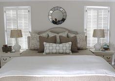 Arrangement of pillows on bed