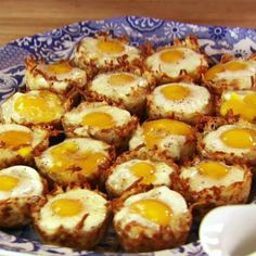 Baked Eggs in Hash Brown Cups from Pioneer woman. She served these for brunch with glazed baked ham, ham gravy, and drop biscuts. Great idea for holiday brunch! Chicken Parmesan Recipes, Easy Chicken Recipes, Mozzarella Chicken, Hash Brown Cups, Brown Eggs, Food Network Recipes, Cooking Recipes, Breakfast Dishes, Breakfast Casserole