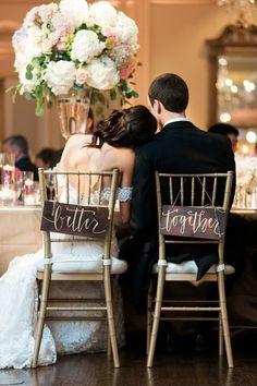 cosas originales para bodas carteles sillas novios