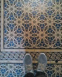зайшов в магазин з віолончелями за медіатором  #amazinglviv #ualviv #Lviv #lvivgram #architecture #jj_architecture #europe #eu #vscolviv #modernism #walking #lvivgroup #lvivtile #pattern #interiordesign #design #tile #geometry #ihavethisthingwithfloors #fromwhereistand #floor #ukraine_recommends #ukraine #tileaddiction #feetmeetfloors by ivashchuka
