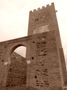 Vélez-Málaga. La alcazaba sufríó grandes daños durante la Guerra de la Independencia, cuando fue destruido por los franceses y sus restos usados como cantera. En la década de los setenta del siglo XX se reconstruyó parcialmente y en especial su torre del homenaje.