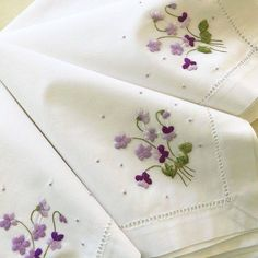 By Solange Maria Soccol Herb Embroidery, Hand Embroidery Projects, Hand Embroidery Videos, Embroidery Patterns Free, Hand Embroidery Designs, Floral Embroidery, Machine Embroidery, Embroidered Towels, Brazilian Embroidery