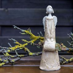 #aber #klein #oho #tonkeramikkeramikfigurTöpferwarenEngela #Tonwerke Klein, aber oho! . . . #Tonwerke #ton#keramik#keramikfigur#Töpferwaren#Engel#a... Klein, aber oho! . . . #Tonwerke #ton#keramik#keramikfigur#Töpferwaren#Engel#angel#geschenk#geschenkidee#Garten#dekoration#deko#gefälltmir##kryslu#ceramics#pottery#handmade#clay#glaze Ceramic Angels, Clay Creations, Lavender, Sculptures, Gifts, Inspiration, Models, Sculpting, Pottery