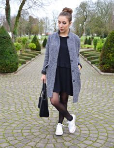 Casual look in black dress and white sneakers. Fashion Mode, Retro Fashion, Fashion Outfits, Womens Fashion, Black Pantyhose, Black Tights, Casual Dresses, Casual Outfits, Skirt And Sneakers