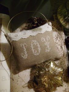 "Love the white stitching on the natural linen ""Joy"""