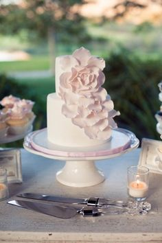 the flower really vamps up the look of this simple #wedding #cake!