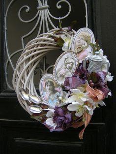 Madam Pompadur Velký stylový věnec o průměru 37 cm s obrázky elegantních dam, kvalitními látkovými květy, stříbrnými kávovými lžičkami i šperky.
