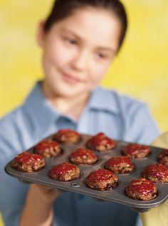 Recette de Ricardo de mini-pains de viande au ketchup. Cette recette de mini-pains de viande à base de veau est un excellent repas simple pour enfants.
