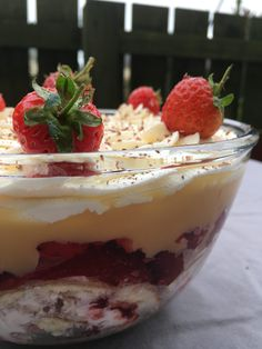 Trifle is a British dessert classic! Who couldn´t like layers of sponge, fruit, custard and whipped cream? Try this easy trifle recipe and see for yourself! Trifle Bowl Recipes, Custard Recipes, Dessert Recipes, Xmas Food, Christmas Cooking, Christmas Recipes, Fluff Desserts, Easy Desserts, British Trifle Recipe