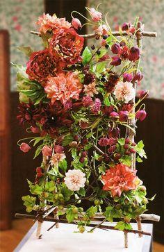ダリアを組み合わせて華やかに!生け花やアレンジフラワーの花材にしても良いですね。 このようにオブジェのように飾るのも素敵!