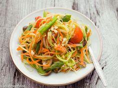 Som Tam: Ein Salat aus knackiger, grüner Papaya, die im Mörser gestampft wird. Ursprünglich aus Laos stammend, wurde Som Tam von Einwanderern in den Nordosten Thailands und nach Bangkok gebracht. Som Tam verbindet man heute weltweit mit thailändischer Küche. Je nach Region gibt es verschiedene Varianten, die sich vor allem in der Verwendung von getrocknetem oder fermentiertem Fisch unterscheiden. Hier die relativ unkomplizierte Bangkok-Variante von Som Tam. Als wichtiges Utensil zur…