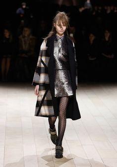 Burberry aposta em inverno 2017 brilhante (e com perfume grunge!) - Vogue | Desfiles