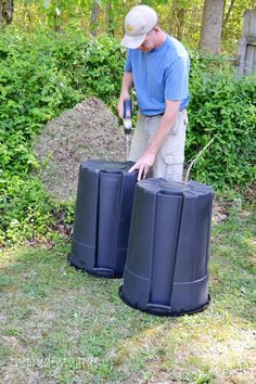 Don't spend a bunch of money on a compost tumbler. Learn how to make one for less that with supplies you can get at your local home improvement store! Supplies Needed: One 15 Gallon trash can with lid (black) 2 bungees A drill and bit Outdoor Projects, Easy Diy Projects, Garden Projects, Garden Tools, Pvc Projects, Compost Container, Container Gardening, Diy Compost Tumbler, Diy Compost Bin