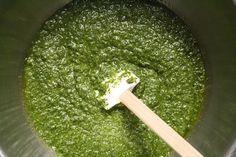 <p>Lepesto génoisest un condiment typique de la ville de Gênes. Une sauce qui a trouvé au bord de la mer Ligurienne sa patrie et qui remonte au 19ème siècle. Les feuilles debasilicsont l'ingrédient principal. Il s'agit d'une plante largement employée en Ligurie et dans la cuisine italienne. Traditionnellement le pesto …</p>