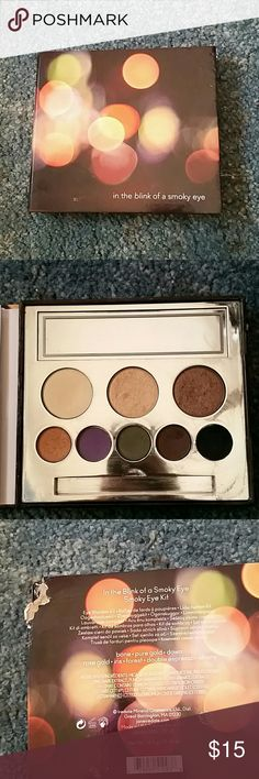 Jane iredale palette In the blink of a smoky eye kit. Nothing wrong with palette except a small corner of the back is missing. Great palette just don't like the colors only used a few times Jane iredale Makeup Eyeshadow