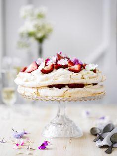 Tuoreilla marjoilla koristeltu pavlova on hurmaava jälkiruoka. Tämäkin resepti vain n. 0,85€/annos*. Mini Pavlova, Raspberry Pavlova, Meringue, Just Desserts, Delicious Desserts, Yummy Food, Sweet Recipes, Cake Recipes, Dessert