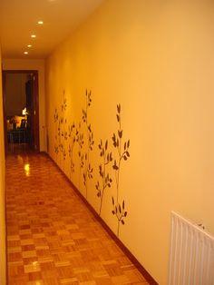 Pasillo con flores en la pared