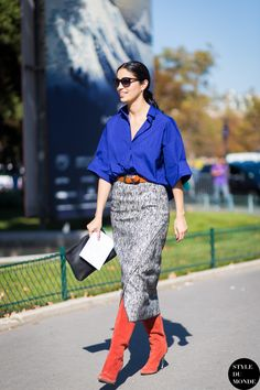 Blue shirt, skirt with pattern, red shoes | Blå skjorta, kjol med mönster, röda skor