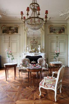 Elegant living room   Venue by Chateau de Varennes / Photography by Alexandra Meurant