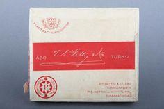 Forssan museo. P.C Rettig C.o:n tupakkarasia. Rasia on pelkistetty ja väritykseltään puna-valkoinen. Rettig oli yksi Suomen suurimmista tupakkatehtaista. Se perustettiin Hampurissa 1770-luvulla. Tupakanvalmistuksen se lopetti vuonna 1994. Product Design, Finland, Nostalgia, Spirit, Ads, Graphic Design, Retro, Museum, Historia