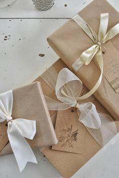 Brown paper, white bows   Brunt papper, vita rosetter