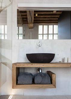 esempio di piano lavabo con lavabo a ciotola, rubinetto a parete