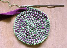 Discover thousands of images about Aloitus, virkkaamalla kiinnitetty matonkude Yarn Projects, Knitting Projects, Crochet Projects, Sewing Projects, Crochet Round, Love Crochet, Knit Crochet, Crotchet, Yarn Crafts