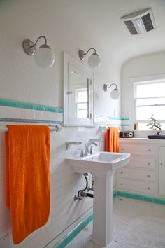 Paint colors that match this Apartment Therapy photo: SW 9154 Perle Noir, SW 6047 Hot Cocoa, SW 0003 Cabbage Rose, SW 6480 Lagoon, SW 6883 Raucous Orange Rental Bathroom, Bathroom Interior, Beach Bathrooms, Vintage Bathrooms, Design Bathroom, Apartment Living, Apartment Therapy, Apartment Goals, Dream Apartment