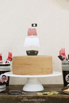 Nice Party Una mesa de dulces en una fiesta pirata. Tarta con topper de barco…
