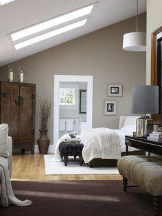 Светлая спальня на чердаке с темной мебелью