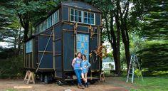 Met je eigen huisje de hele wereld rond? Dat was het idee achter dit mini huisje van Chloe en Brandon. Zij bouwden hun eigen zigeuner-achtige caravan op wielen. Kijk binnen in hun geweldige ruimte vol met creatieve oplossingen. Er zit zelfs een hok in voor hun huisdier Cosmos het konijn. (via Brit+Co) Heb jij ook …