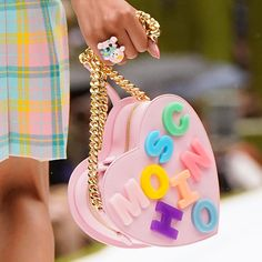 "Moschino on Instagram: ""Moschino SS2022 #moschino @jeremyscott #cerfstyle @carlynecerfdedudzeele #nyfw #moschinofashionshow #fashionshow"" Big Bags, Moschino, Passion For Fashion, Heart Shapes, Vogue, Purses, My Style, Pink, Children"