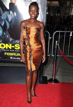 """Lupita Nyong'o è inarrestabile, l'attrice ha partecipato alla Premiere di """"Non-Stop"""" a Los Angeles . Abito Lanvin, scarpe Sergio Rossi, borsa Rauwolf.http://www.sfilate.it/221365/abito-di-lanvin-e-scarpe-di-sergio-rossi-per-lupita-nyongo"""