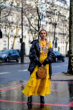 Paris Fashion Week Men's Street Style Fall 2018 Day 2 - The Impression yellow dress! Fashion Week Paris, Mens Fashion Week, Curvy Women Fashion, Modest Fashion, Fashion Trends, Style Fashion, Milan Fashion Weeks, Bohemian Fashion, Fashion Clothes