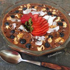 Hola chicos! Yo sigo pegada con mis desayunos frutales, los amo con mi corazón jejejejje. El de hoy fue: 2 plátanos licuados con un chorrito de agua y 2 cdas de cacao. Por encima tiene frutilla,coco, arandanos, nueces y nibs de cacao crudo. Linda semana. #desayuno #fruta #rico #saludable #dulce #sweet #lunes #chile #chilena #instachile #santiago #fruits