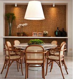 Uma Saarinen oval com cadeiras em palhinha. Uma proposta linda que se completou com o papel de parede também com textura de palhinha. O pendente em cima da mesa fechou com chave de ouro. Inspiração por @almocodesexta Projeto Fernanda Moreira Lima