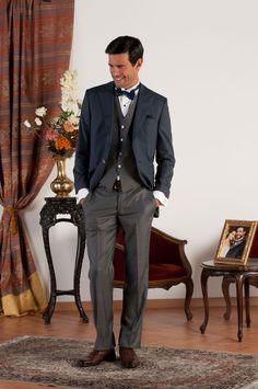 RAPHAEL Abito sartoriale completo con giacca mezzo tight realizzata in fresco di lana blu con revers a lancia, pantalone e gilet in in gessato grigio di fresco di lana, bottoni in madreperla naturale.