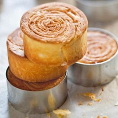 Pain feuilleté façon kouign amann -Here's a dessert recipe that will make people happy: the bread laminated kouign amann way. A real treat.