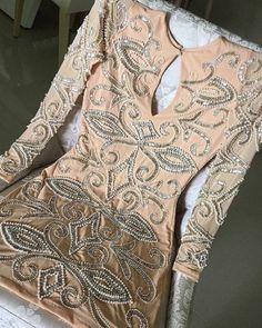 O Dress Sidewalk é feito com tecido e pedras importadas, todo bordado à mão. O tecido contém elastano, que se adequa perfeitamente bem ao corpo.
