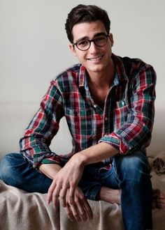 The clean shaven look has always been a female charmer as it looks neat and elegant. Here are 11 reasons why you should opt for it. Stylish Men, Men Casual, Casual Shirt, Cute Nerd, Glasses For Your Face Shape, Guys With Glasses, Super Glasses, Clean Shaven, Herren Outfit