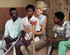 Un jour en Angola - 1997 - La princesse Diana est la princesse de cœur. On la voit ici en Angola pour soutenir le combat contre les mines antipersonnel aux côtés de la Croix-Rouge. Elle rencontre des enfants amputés victimes de mines. Nous sommes le 15 janvier 1997 la princesse n'a plus que quelques mois à vivre. Photo : Jose Manuel Ribeiro/ Reuters / Parue dans Paris Match