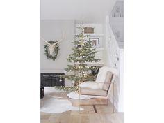 17-Natale-minimal-chic-come-decorare-la-casa-albero-solo-luci-calde-fiocchi-di-neve-bianchi