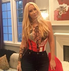 Iggy Azalea, ensured that she made the most of her famous assets as she dined at Craig's restaurant in West Hollywood on Sunday in a plunging red leotard and skintight jeans Iggy Azalea, Hot Outfits, Fashion Outfits, Red Leotard, Tiny Waist, Blonde Beauty, Celebs, Celebrities, Famous Women