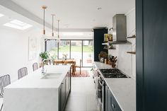 Side Return Kitchen Extension - Image By Adam Crohill A London Victorian terrace with side return extension, mid-century style furniture and modern accents Open Plan Kitchen Dining, New Kitchen, Spacious Kitchens, Victorian Kitchen Extension, Victorian Terrace, Kitchen Design, Kitchen Renovation, Kitchen Layout, Contemporary Kitchen