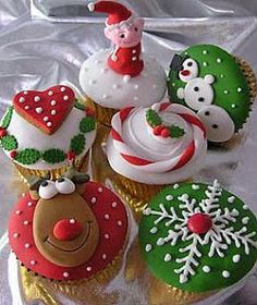 Ideas for Christmas Cupcakes! Just bake your favourite recipe and top with any of these cute Christmas Ideas. Great inspiration for Christmas Cupcakes, great ideas! Christmas Cupcakes, Christmas Sweets, Christmas Cooking, Noel Christmas, Christmas Goodies, Christmas Decor, Winter Cupcakes, Christmas Shopping, Christmas Recipes