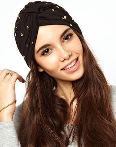 Una manera fabulosa de adornar tu cabeza esta temporada es con los turbantes. Úsalos de colores fuertes.