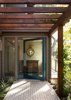 A ranch-style home remodel by John Lum Architects took a dysfunctional floor plan and reorganized it to cater to family living in Marin County, California. Marin County, Edwardian Haus, Front Porch Pergola, Wood Pergola, Grand Entryway, Grand Entrance, Mid Century Exterior, Asian Architecture, Gate House