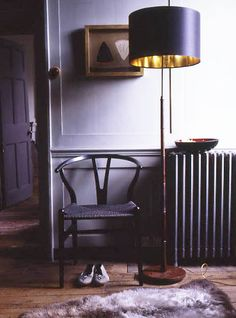 black wishbone chair and standard black lamp shade with gold interior - very nice Interior Dorado, Gold Interior, Interior And Exterior, Sweet Home, Living Spaces, Living Room, Piece A Vivre, Wishbone Chair, Interior Inspiration