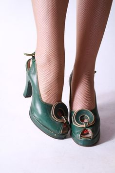 3e113a5bf95674 1940s Shoes - Vintage Kelly Green Leather Platform Peeptoe Pumps - 5 N