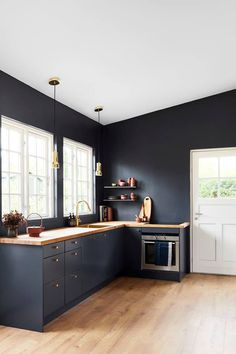 Årets farve 2018 hedder Black Flame og er en flot dyb mørk blå f . Black Kitchen Cabinets, Kitchen Cabinet Colors, Painting Kitchen Cabinets, Black Kitchens, Home Decor Kitchen, Interior Design Kitchen, Country Kitchen, Kitchen Hacks, Diy Kitchen